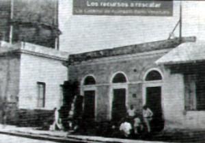 """Estación de Bombeo en la Loma del Viento junto a uno de los dos tanques de metal, """"los calderos"""" (1930)"""